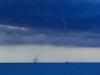 Wasserhose mit Schiff