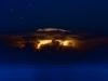 Glühende italienischen Küste - darüber sternklare Nacht, davor das Meer